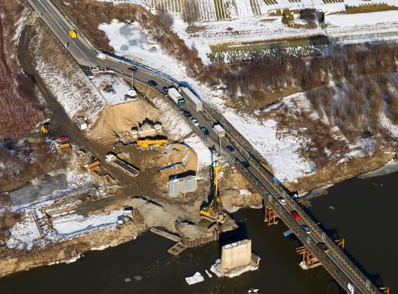 Prace budowlane przy nowym moście.