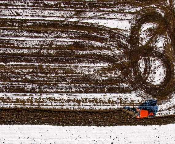 Wiosenna orka czerwonym traktorem :)