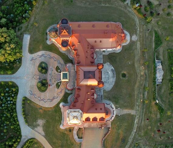 Zamek - pałac w okolicy Sieniawy