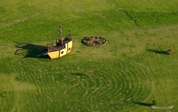 Piracki statek na trawiastym morzu