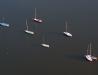 Uczesane łódki w borowinowej zalewie
