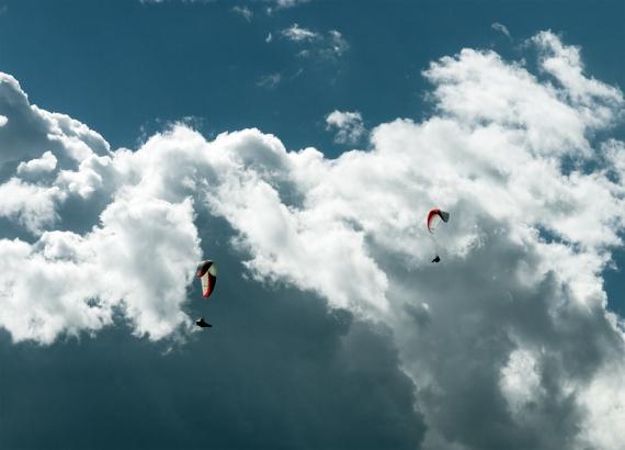 Paralotnie na tle wypasionej chmury!