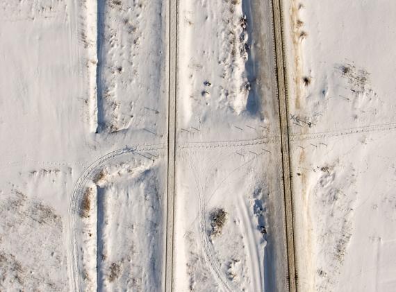 Tory, zima, niestrzeżony przejazd, tropy, ślady sań - ot zimowa niżańska statyczna scenka